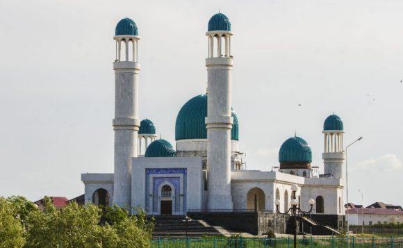 Мечеть «Акмечеть», открыта в 2008 году и рассчитана на 1300 человек.