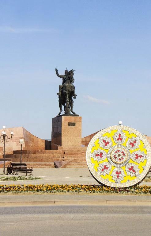 Напротив памятник Жалантос Бахадуру военачальник, бий, политик, правитель крупного удела, наместник (эмир) бухарских ханов в Самарканде.