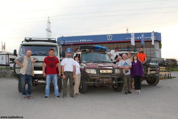 Наша команда возле дилеровского автоцентра.