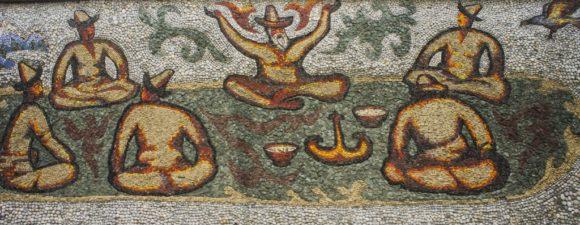 На обочине дороги построены высокие подпорные стен с отражением истории кыргызов и Великого шелкового пути. Все картинки выложены мозаикой из натуральной речной гальки.