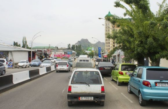 конце улицы видна священная гора Сулайман-Тоо