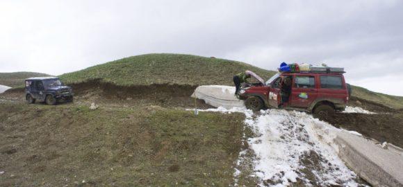Ну и повис. Очень стремно повис, потому, что заднее колесо ушло в грязевую кашу, сползающую со склона.