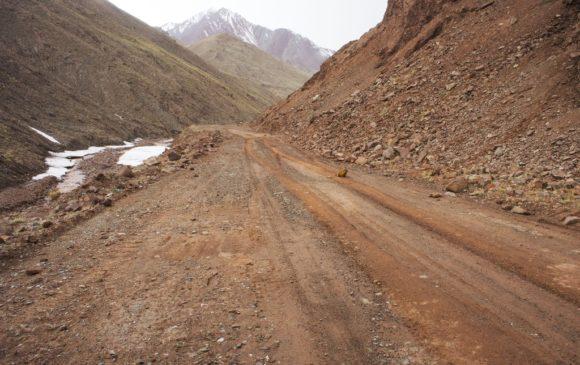 Вот мы и на нейтральной территории, то таджикской заставы вот по такой дороге больше 20-ти километров. Единственные обитатели этих мест суслики