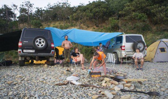 При чем тенты не помогают, если нет ветра, палатка не равно тент (в ней, как правило, душно). Ночами бывают довольно сильные ветра, нужно это учитывать закрепляя тенты и палатки.
