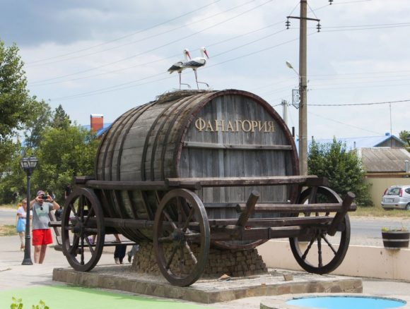 Марочные вина и коньяки будут выдерживаться в реконструируемом подвале выпуск премиальных выдержанных и марочных вин (выдержка происходит в бочках из 80-летнего кавказского дуба