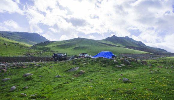 Лагерь разбиваем совсем рядом с дорогой с видом на очередной S-образный подъем и реку Отмок.