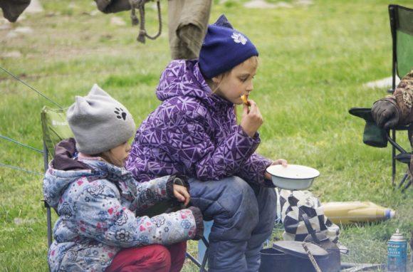 Дети загрустили. Что бы было понимание о погоде - они одеты точно так же, как в январе на Новогоднем Кавказе.
