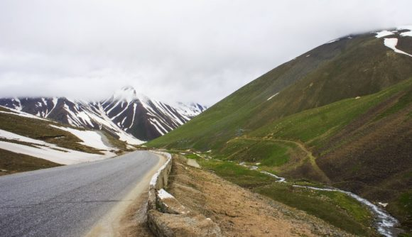 И мы уже почти смирились с суровостью Киргизии, с тем, что дальше нас так и будут долбить перепады высот с заснеженными склонами вокруг...