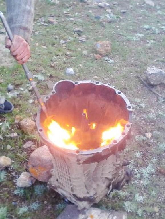 налили в купол сцепления бензина подожгли. нагрелось и крышка сошла.