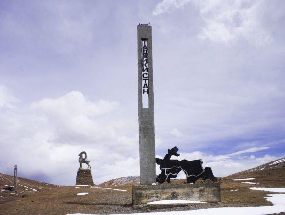"""Граница с Киргизией была успешно пройдена и через пару десятков километров на горизонте замаячила надпись """"Таджикистан""""."""