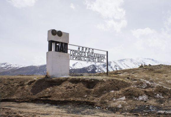 Го́рно-Бадахша́нская автоно́мная о́бластьХотя область занимает 45 % всей площади Таджикистана, только 3 % из них — главным образом долины горных рек — пригодны для проживания населения.