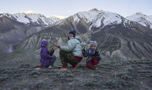 Дети чистят картошку с видом на афганские горы.