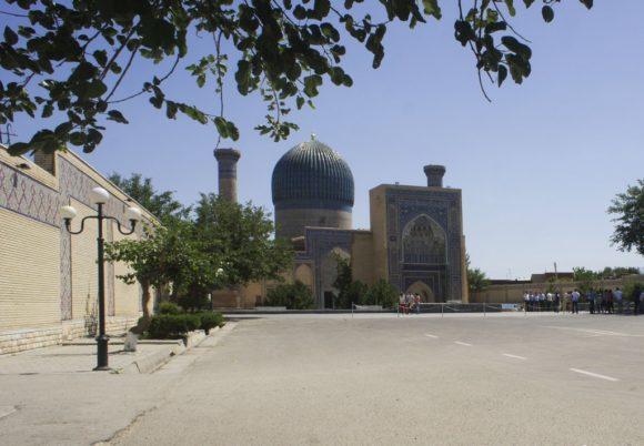 Неподалеку расположен мавзолей Гур-Эмир - мавзолей Тамерлана (Амира Тимура) и его семьи (Тимуридов).