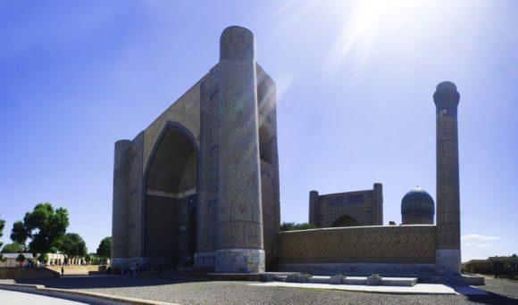 Соборная мечеть Биби-Ханум, пожалуй, самое грандиозное сооружение средневекового Самарканда (1399—1404 гг.). Мечеть была воздвигнута по приказу Тамерлана после его победоносного похода в Индию. Строительство было начато в мае 1399 года. Месторасположение будущей мечети выбирал сам Тимур. Согласно легенде, мечеть получила своё название в честь любимой жены Тамерлана[