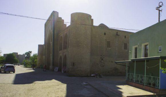 Медресе Мулло Турсунжон. как и большинство исторических зданий в Бухаре в XVI веке. Первоначально использовалось по своему прямому назначению как школа, а в настоящий момент является памятником архитектуры и относится к