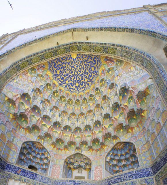 - вершина достижений среднеазитского зодчества, вопреки традициям чисто орнаментального декора стены расписаны изображениями цветов, деревьев, пейзажами и даже изображениями драконов и птицы.