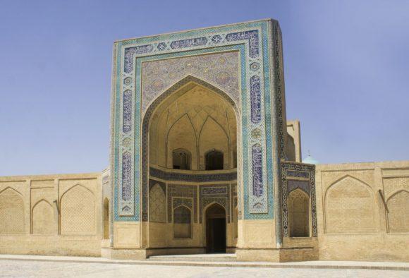 внешним порталом,Фасад облицован с помощью мозаики и кирпичей, покрытых цветной глазурью.