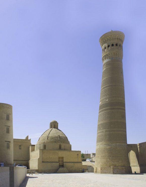 Слева медресе Алим-хана (19 в.), справа - Минарет Калян (Минарайи калан) 1127 г.старейший минарет в Бухаре, часть комплекса Пои-Калян, является самым высоким сооружением старой Бухары, его высота 46,5 метров..