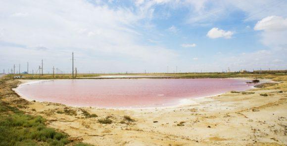 Движемся дальше, неподалеку от дороги по цвету угадывается горько-соленое озеро.