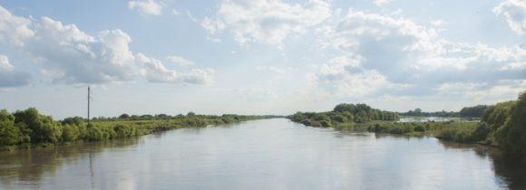 Переезжаем Терек - реку, которая фигурирует в массе стихов и песен, почему-то он совсем не бурный.