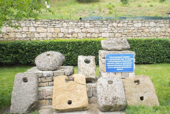 Выставка древних якорей с Надписи повествуют нам, что в 6-15 вв Дербент был большой гаванью с хорошо охраняемым входом. В ее середине находиась стоянка судов.