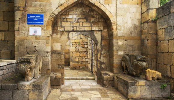 Ханский дворец. Он был построен феодальным владетелем Восточного Кавказа 2-й половины ХVIII в. Это портал главного входа во дворец.