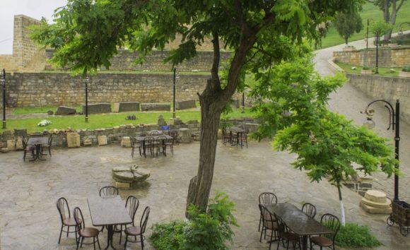 Кстати, на счет погребений. Когда выходишь из ханской канцелярии, открывается чудесный вид на летнее кафе.