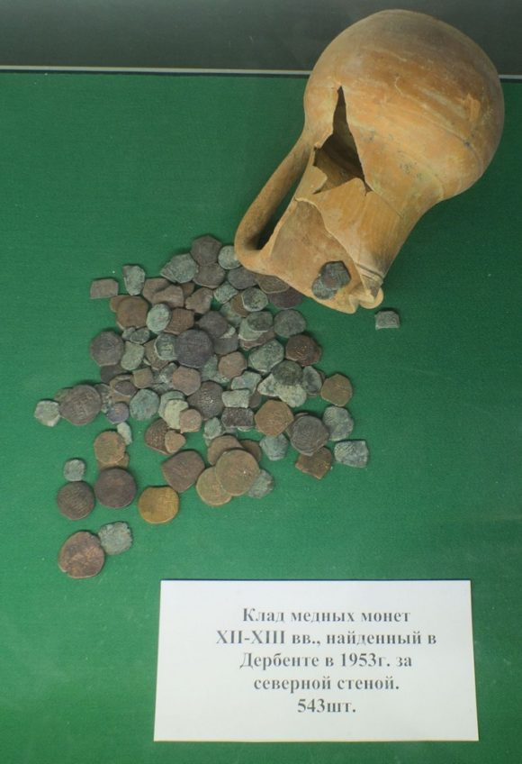 Клад медных монет 12-13 вв., найденный в Дербенте в 1953 г. за северной стеной. 543 монеты.