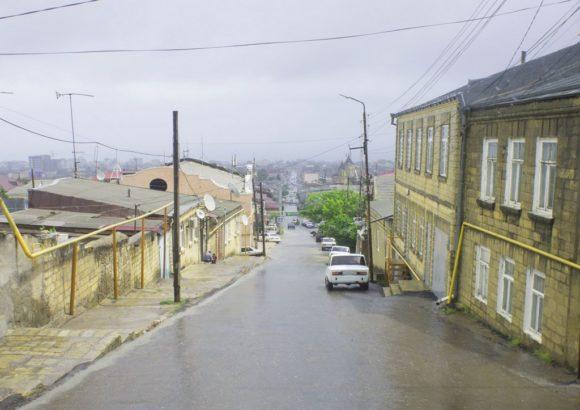 Еще более живым город кажется за счет узеньких улиц, чем ближе подбираешься к Старому городу, тем уже становятся проезды.