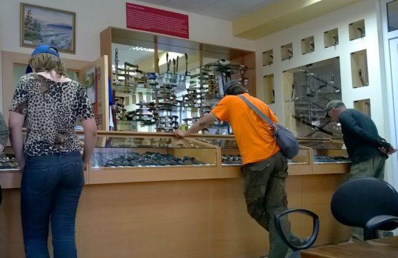 """Круг пользователей ножей """"Кизляр"""" очень широк, в него входят охотники, рыболовы, туристы, военные, сотрудники спец. подразделений, коллекционеры, домохозяйки и т.д. Спрос на ножи, как в России, так и за рубежом постоянно растет. Все модели ножей, кинжалов и шашек изготавливаются вручную, с применением традиций кавказских оружейников прошлых веков."""
