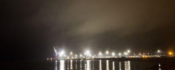 Справа видна Невская губа и светится Ломоносовская гавань.