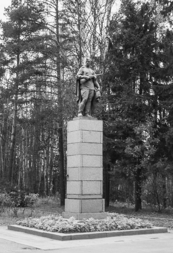 въезда в Выборг (4 км от Выборга - Леншоссе, 84) со стороны Санкт-Петербурга (Ленинграда) , справа от шоссе расположен мемориальный комплекс, посвящённый освободителям Выборга летом 1944 года - героям Великой Отечественной войны.