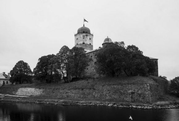 Удивительно, но замок и башню можно увидеть и сейчас. Это один из немногочисленных полностью сохранившихся памятников западноевропейского средневекового военного зодчества и древнейшее укрепление Выборга.