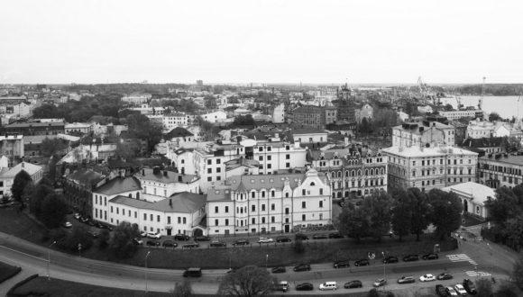 А это Старый город - Очень красив вид на Старый город Выборга, набережную, площадь Старой Ратуши с памятником Торгильсу Кнутссону, дом купца Векрута, чуть левее — дом Хенрика Вильгельма Ладо (там некогда находилась гостиница Мотти, где в 1829 останавливалась примечательная компания в составе М.И. Глинки, А.А. Дельвига, О.М. Сомова и А.П. Керн) и чуть в глубине — Часовую башню.