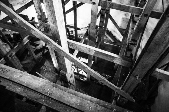А вот внутреннее пространство башни сейчас занято лесами и системой лестниц-переходов, по которым посетители поднимаются на смотровую площадку.