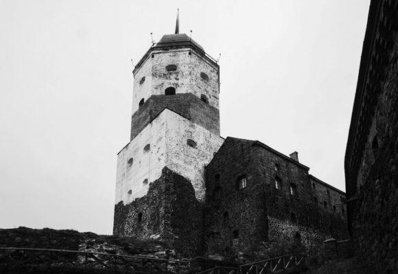 Олава Святого. Башня эта долгое время считалась самым высоким донжоном Скандинавии. Толщина крепостных стен составляла 1,5—2 метра, а толщина стен башни — 4 м.