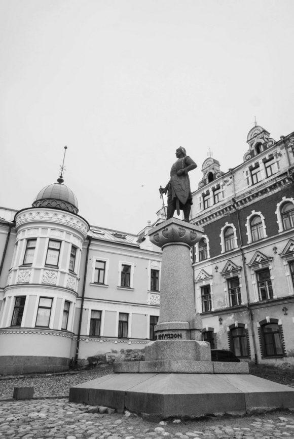 Перед ним высится памятник Торгильс (Торкель) Кнутссон основателю Выборгского замка был установлен 4 октября 1908 года на площади Старой Ратуши.
