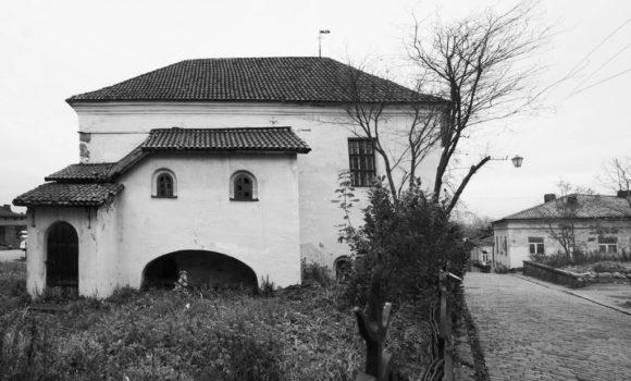 На ней расположен в начале XVI века готическое каменное здание Костёл Гиаци́нта (Рыцарский дом)