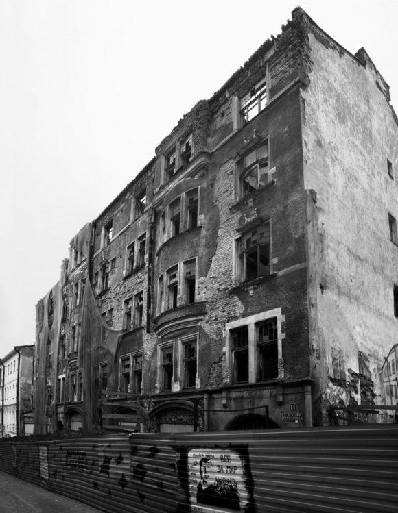 """также известный как дом АО «Домус», был построен в 1903—1904 годах. Архитектор Карл Хорд аф Сегерштадт (Karl Hård af Segerstad). Принадлежал акционерному обществу """"Domus"""", которое, в свою очередь принадлежало семейству Говингов. Предки книгоиздателя Виктора Говинга — выходцы из Голландии. Его дед и отец-книготорговец жили в Выборге. Он имел единственный в городе книжный магазин, где продавалась литература на шведском и финском языках, гравюры, открытки, бумага. На первом этаже постройки располагался крупный книжный магазин, в котором торговали литературой на финском и шведском языках, выше находились квартиры. Дом обладал роскошными интерьерами, выполненными с использованием лепнины, мозаики и изразцов. В центре здания находился двор-сквер с выразительными коваными решётками. Здание считалось одним из самых выдающихся образцов модерна как в Выборге, так и во всей Финляндии."""