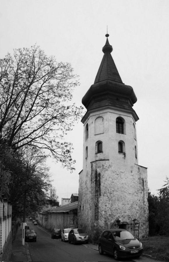 Позднее башню использовали в качестве колокольни возведенного поблизости Доминиканского монастыря.