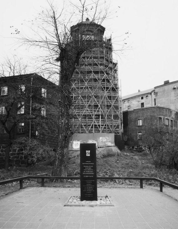 У южной стены бывшего храма установлен памятник на месте не сохранившегося полевое кладбища 108-ми финских воинов, погибших в Советско-Финской войне 1939-40 годов.