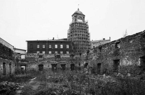 Руины собора и Часовая башня-колокольня.
