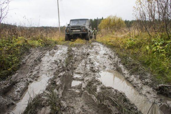 Поковырявшись в грязи, потаскав и потолкав УАЗ, мы решили, что проще и быстрее дойти оставшиеся 300 метров пешком.