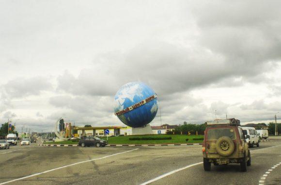 """Первое, что бросается в глаза глобус с надписью """"Грозный - центр Мира"""". Нет, ну то, что мы в столице Чеченской Республики - это понятно, а вот то, что в центре Мира... серьезная претензия."""