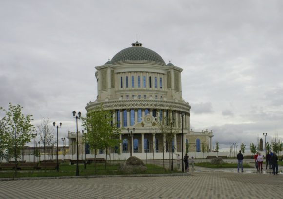 Сквер им. Чехова, в центре дом приёмов Правительства Чеченской Республики.