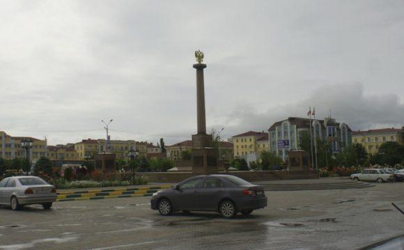 """Слева - стела """"Грозный - город воинской славы""""."""