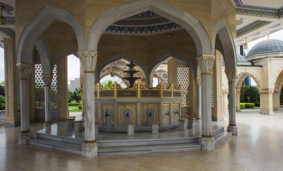 Перед входом в мечеть установлены вот такие краны с табуретками, очевидно для мытьяПеред входом в мечеть установлены специальные низкие умывальники, приспособленные для мытья ног. , что бы