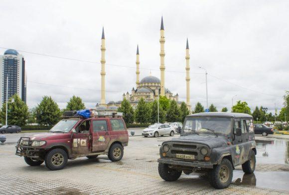 Останавливаемся на стоянке неподалеку от мечети «Сердце Чечни».