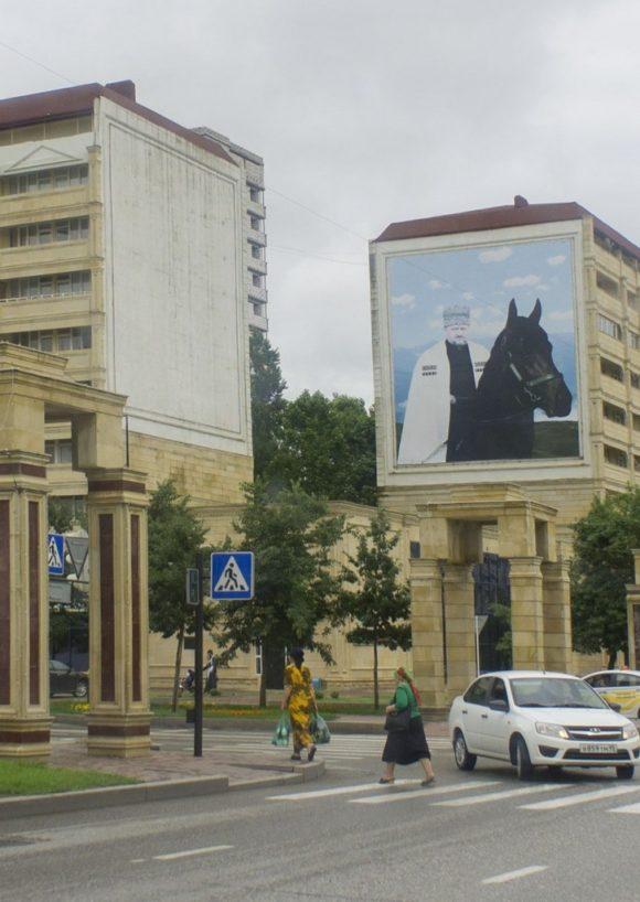 В Грозном, да и во всей Чечне очень много больших портретов Рамзана Кадырова, Владимира Путина, но особенно Первый Президент Чеченской Республики