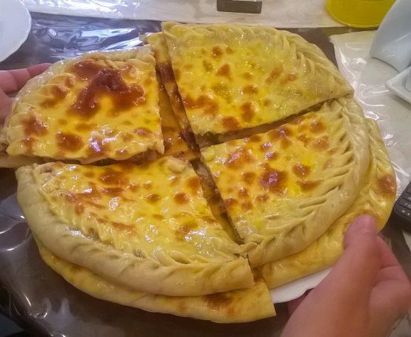 национальное дагестанское блюдо, которое довольно сильно напоминает пирог с начинкой